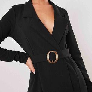Blazer klänning från Missguided. Endast använd en gång.  Nypris 500 kr. Fler bilder kan skickas på begäran. Kan skickas!