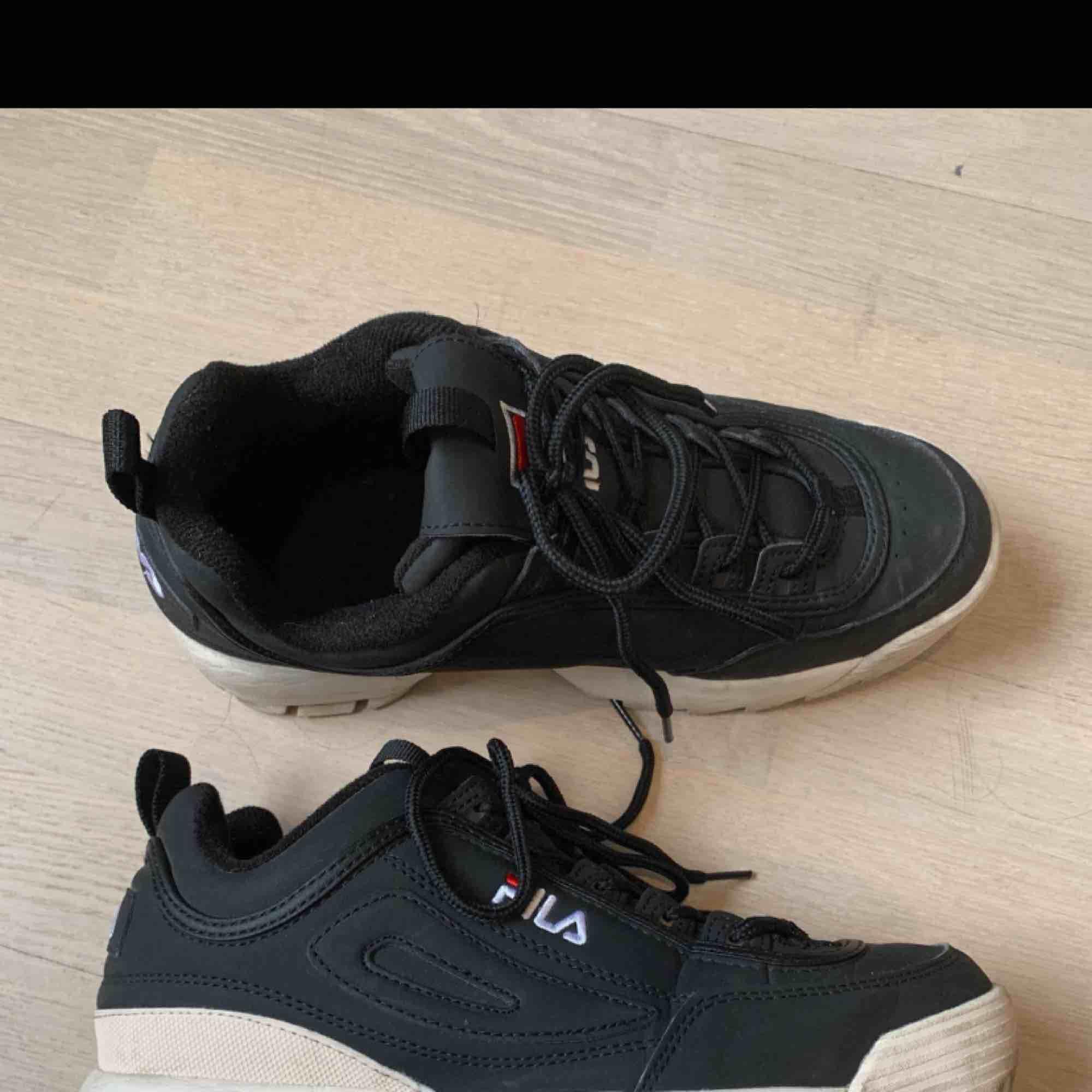 Svarta fila skor i storlek 40! Men passar mig som vanligtvis har 38, så små i storleken. Skit snygga o i bra skick men används aldrig🥰 Jag bjuder på frakt!! Pok . Skor.