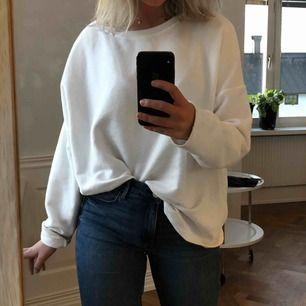 Mysigaste oversize tröjan! I storlek XL men används som oversize på mig som är en S. FRAKT INGÅR!!🥰