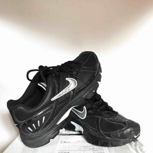 Ett par svarta retro Nike Xccelerate med ljusblå detaljer, modellår 2009.   De är storlek 40,5 men lite små i storleken därav att jag säljer dem. Skulle säga storlek 40 eller kanske till och med en 39:a.  De är sparsamt använda och i fint skick.
