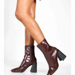 Hej! Säljer dessa tre par boots från Boohoo. Beställde dem men inga av dem passade riktigt. Skorna är endast provade och är lite små i storleken. Skriv 1,2 eller 3 beroende på vilket par ni vill ha. De kostar 260kr styck där även frakt är inräknad