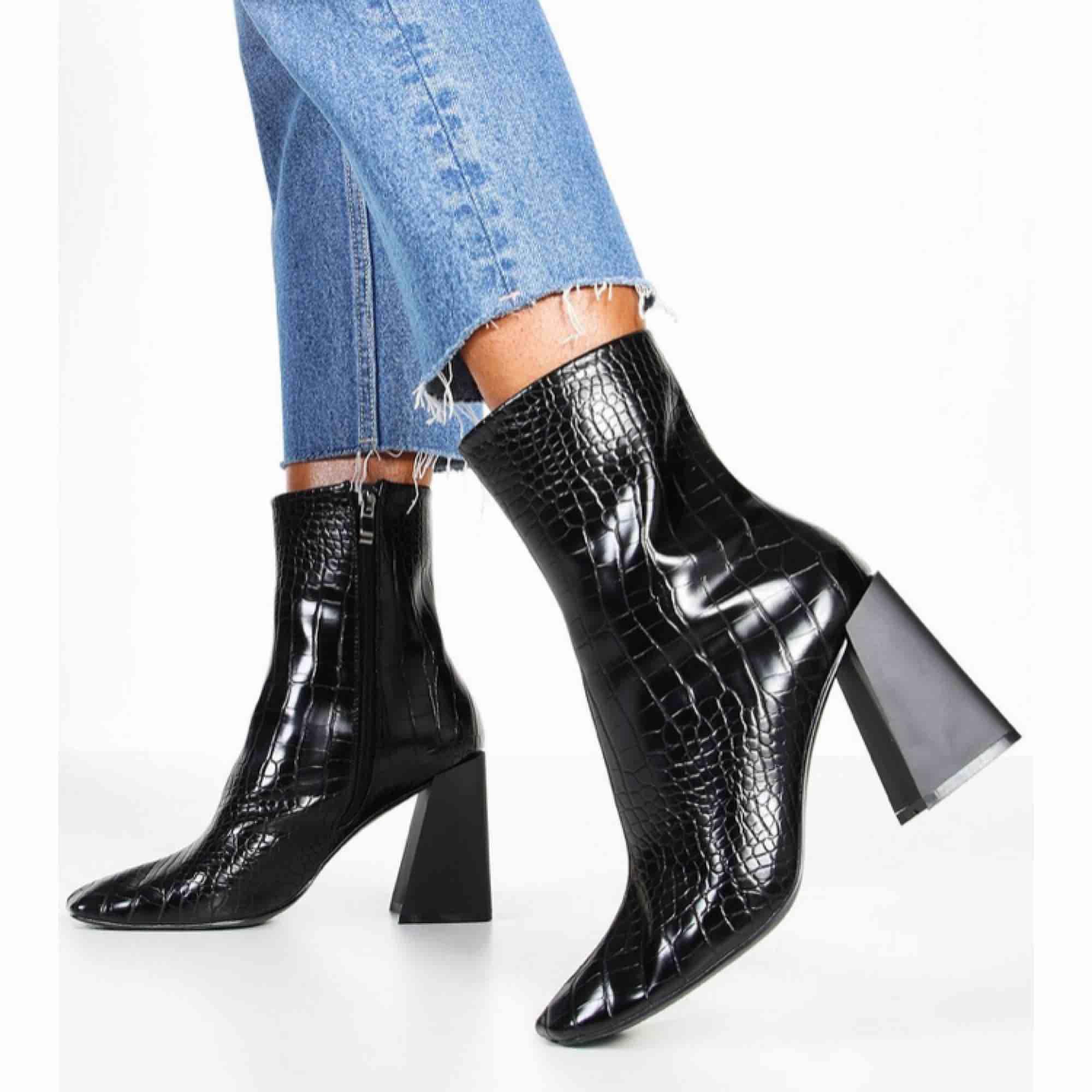 Hej! Säljer dessa tre par boots från Boohoo. Beställde dem men inga av dem passade riktigt. Skorna är endast provade och är lite små i storleken. Skriv 1,2 eller 3 beroende på vilket par ni vill ha. De kostar 200kr styck där även frakt är inräknad . Skor.