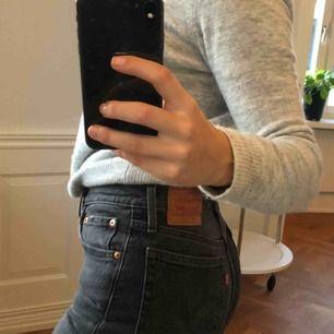 Snygga Levi's 501 gråa jeans🥰 jättesköna och sitter snyggt. Nypris 1100 kr. FRAKTEN INGÅR!!!