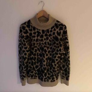 Jättefin och mjuk tröja från Nakd med leopardmönster. Oversized så skulle säga att den passar XS-M ungefär.