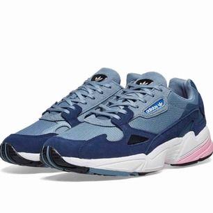 Adidas Falcon i blå/grå/rosa. Storlek 39 1/3. Endast använda en gång pga fel storlek. Köpta för 999 kr!