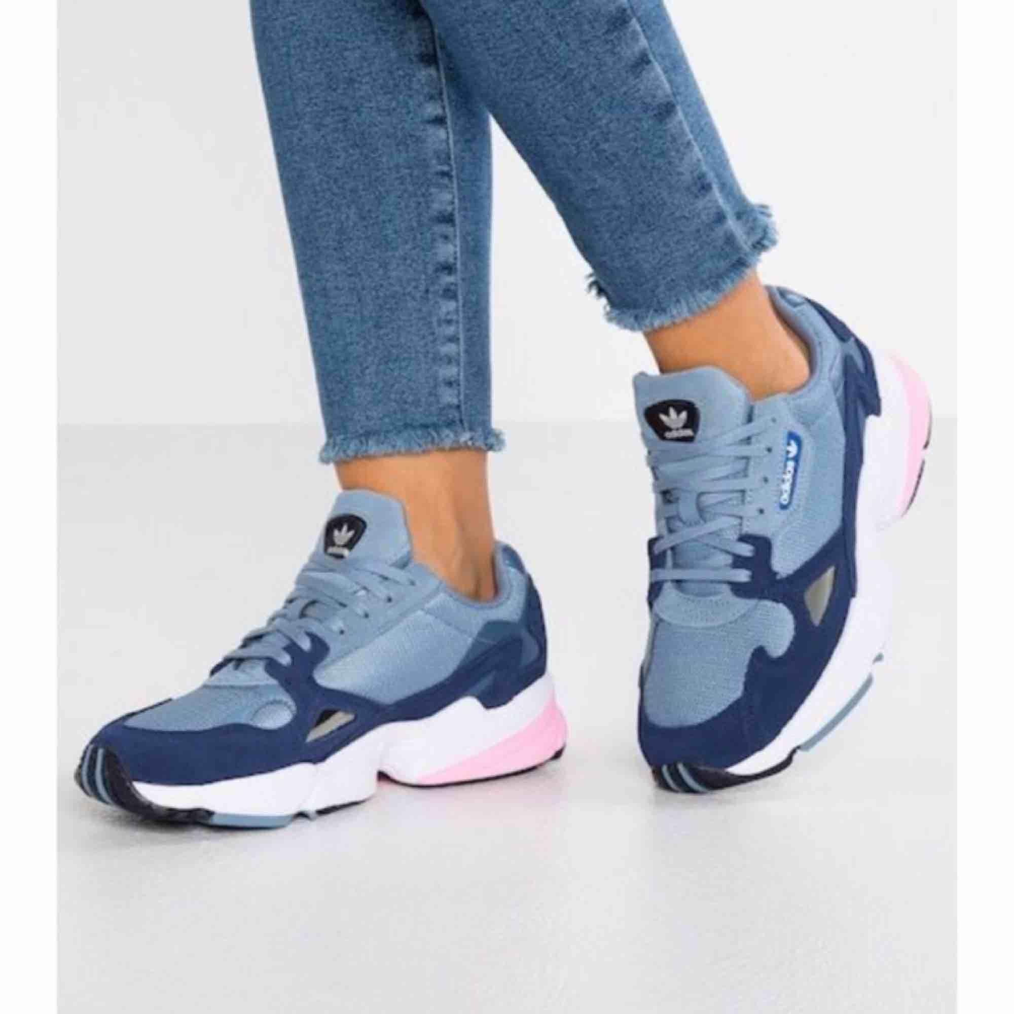 Adidas Falcon i blå/grå/rosa. Storlek 39 1/3. Endast använda en gång pga fel storlek. Köpta för 999 kr!. Skor.