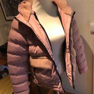 Superfin rosa vinterjacka från new yorker. Köpt förra vinter men används inte längre.