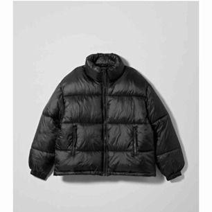 Säljer min helt nya jacka från weekday (lappen finns kvar). Har redan för många jackor så måste tyvärr sälja denna fina 😭. Modellen är svart och heter benita puffer ❤️