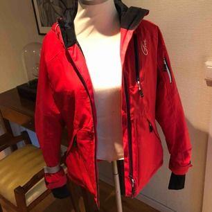 Superfin rosa-röd vinter jacka. Ändats använd på en skidresa för ca 2 år sedan. Finskick.