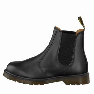 Dr Martens Chelsea boots i strl 38. Lite nötta (se bild tre) men världens skönaste skor! Nypris är 1650 kr.