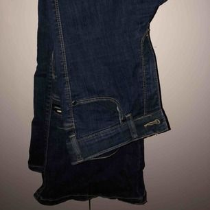 Super snygga mörk blåa Dr.denim bootcut jeans i storlek XS Runt midjan