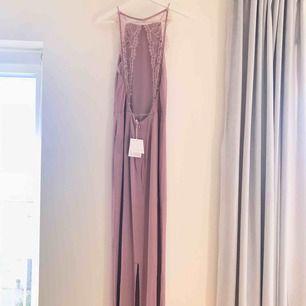 Balklänning från Samsoe Samsoe. Nypris var 1400, säljes för 200 kr. Prislapparna hänger kvar då den aldrig är använd!