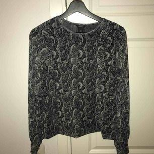 Fin snake mönstrad tröja ifrån Lindex i perfekt skick endast buren 2 gånger. Kan mötas upp i Västerås eller så står köparen för frakten.
