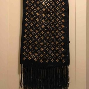 Louis Vuitton-sjal fyndad på second hand/loppis. Har inget äkthetsbevis. Men hey, så fin ändå! Piggar upp vilken tråkig look som helst.
