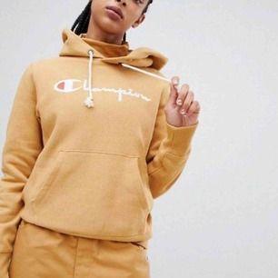 En hoodie från champion, köpt på asos och nästan aldrig använd, i ett jättebra skick som ny🧡🧡