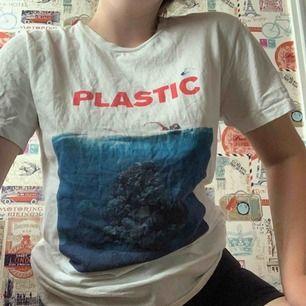 Vit t-shirt från T-shirt factory med coolt och unikt Jaws-tryck. Fri frakt!