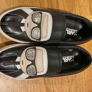Skor från Karl Lagerfeld i storlek 37 säljes för 800 kr. Skokartongen medföljer om så önskas.  Nypris var runt 1600 kr!
