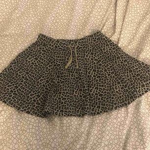 En svart och grå leopard kjol. Bra skick. Köparen står för frakten