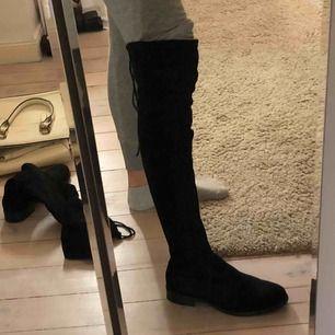 Over kneeboots svarta, passar jättebra till ett par tajta jeans nu på höst och vinter💞 80kr ink frakt, om det går snabbt av köparen att köpa/svara 70kr ink frakt!
