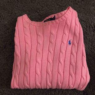 Säljer en superfin stickad tröja från Ralph Lauren i storlek S. Färgen är rosa. Skicket är nyskick!! Använd 1 gång!! Kan skickas mot att du betalar frakt / eller mötas kring Lund, lomma, bjärred!!