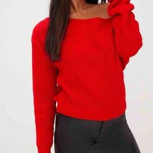 Röd stickad offshoulder tröja från prettylittlething. Storlek S/M och lite croppad.