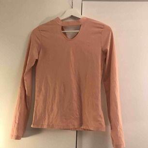 En ljusrosa tröja med en chocker typ ifrån Cubus. Aldrig använd. Köparen står för frakten