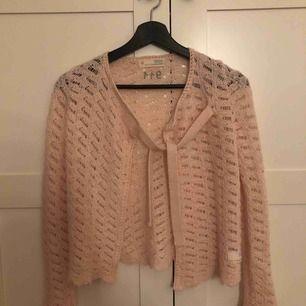 Säljer en superfin odd Molly tröja ljusrosa!! Använd 2 gånger och är i nyskick. Kan skickas mkt att du betalar frakt eller mötas i bjärred, lomma, Lund!! Fler bilder kan fås vid intresse