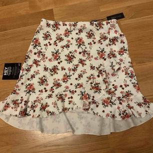 En kjol från Nelly som aldrig är använd förutom när jag prövat den. Finns kvar prislapp etc som ni ser på bild. Väldigt söt blommig kjol, perfekt till sommaren eller utomlands!!