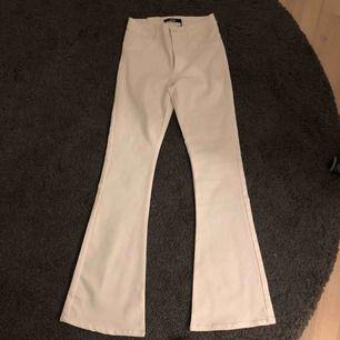 Säljer ett par fina vita bootcut från bikbok. Aldrig använda och prislappen är kvar! Nypris är 400 men jag säljer för 150. Kan skickas mot frakt eller mötas i bjärred, lomma, Lund :)