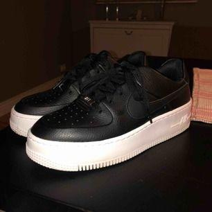 Helt nya Nike air force 1 sage säljes. Endast provade och använda 1 gång. Precis som nya. Säljes pga fel storlek. Köparen står för frakt. Nypris: 1 095:- (se bild)