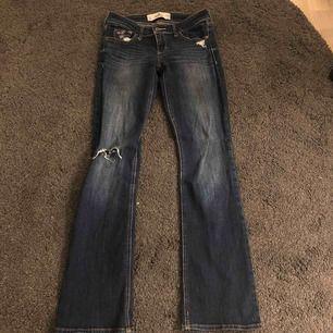 Säljer ett par blåa bootcut jeans från hollister. w 25 och L 31. Nästan aldrig använda och är i superfint skick. Fler bilder kan fås vid intresse. Kan skickas mot frakt eller mötas i bjärred, lomma, Lund