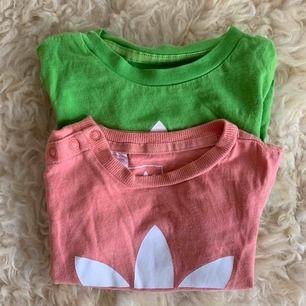 Två fina t-shirts säljs i paket. Den rosa är i strl 9-12 mån och den gröna 12-18 mån men de är likvärdiga i storlek. Djur-och rökfritt hem.