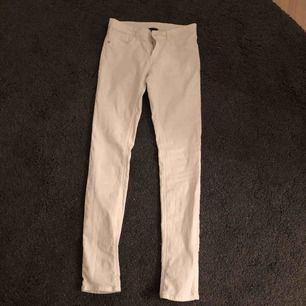Säljer ett par vita tighta jeans från KappAhl. Storlek 164, använda men i superfint skick. Fler bilder kan fås vid intresse. Kan skickas mot frakt eller mötas i bjärred, lomma, Lund