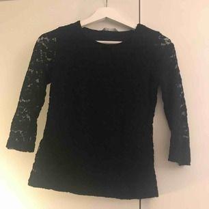 En svart spets tröja ifrån Lindex. Den har 3 kvarts långa armar. Använd typ 2 gånger. Köparen står för frakten