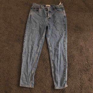 Säljer ett par blåa mom jeans från pull&bear i storlek 36. Superfint skick! Fler bilder kan fås vid intresse och kan skickas mot frakt eller mötas upp i bjärred, lomma, Lund