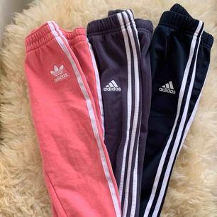 Tre stycken adidas byxor säljes i paket. Strl 86 12-18 mån. De rosa är lite mer slitna än de andra. De mörkblåa/marin är i fint skick, som nya. Djur- och rökfritt hem.