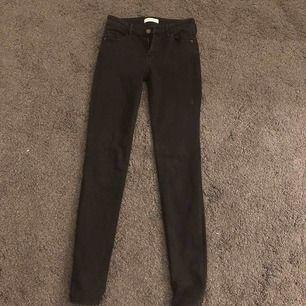 Säljer ett par svarta tighta jeans från Abercrombie & fitch i storlek w 25. Helt i nyskick!! Fler bilder kan fås vid intresse. Kan skickas mot frakt eller mötas upp i bjärred, Lomma, Lund.