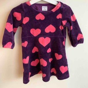 Fina klänningar säljs i paket. Använda men i fint skick. Man kan använda de fram till 11 månader då de är större i storlek.