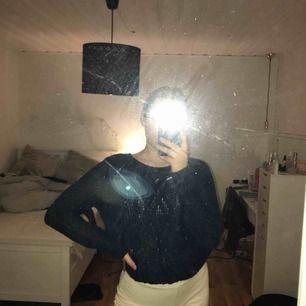 Fin stickad mörkblå tröja ifrån Holly and Whyte, st står inte men skulle säga att det är en M/L, aldrig använd. Kan mötas upp i Västerås annars står köparen för frakt.