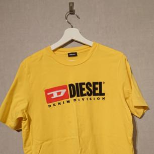 Säljer denna feta Diesel T-shirt då den är för liten för mig. Använd relativt mycket men i väldigt bra skick! Köpt för 500 Kr på volt magasin för ungefär 1 år sedan.