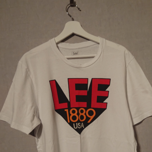 Säljer denna stil-rena T-shirt från Lee då den inte passar mig. Den köptes på MQ för snart 1 år sedan för dryga 400 Kr. Den är i hög kvalite då den inte används mycket.