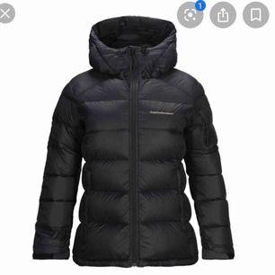 Hej jag söker en peak performance w frost down jacka som helst ska vara i storlek S eller XS. Vill helst ha en jacka som inte är skadad på något sätt. spelar ingen roll om den är svart eller blå!🙂