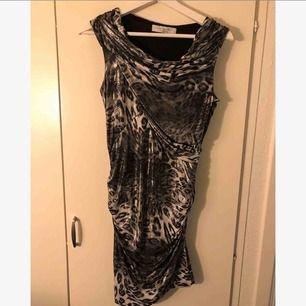 Snygg kort festklänning. Knappt använd 😊👍