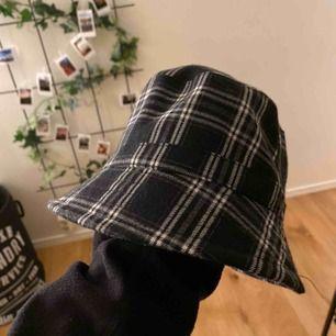 buckethat från monki sjukt snygg men används aldrig