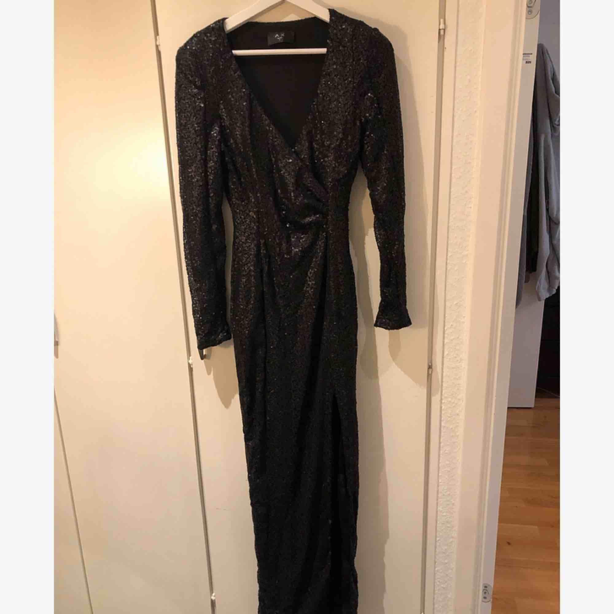 Super fin lång festklänning med slits & axelvaddar passar perfekt till finare tillfällen tex nyår! Glittrar snyggt 🌟 knappt använd! . Klänningar.