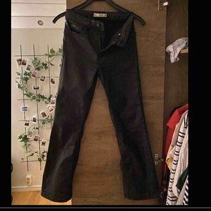 raka lite kortare svarta byxor från gina tricot, materialet är lite nästan fakeskinn aktigt