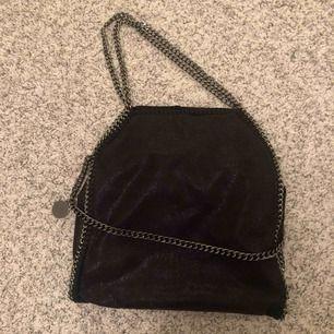 En super snygg väska köpt på diabless, helt slut i lager! Väldigt lik en äkta Stella väska. Stort utrymme i väskan med många fack.💕