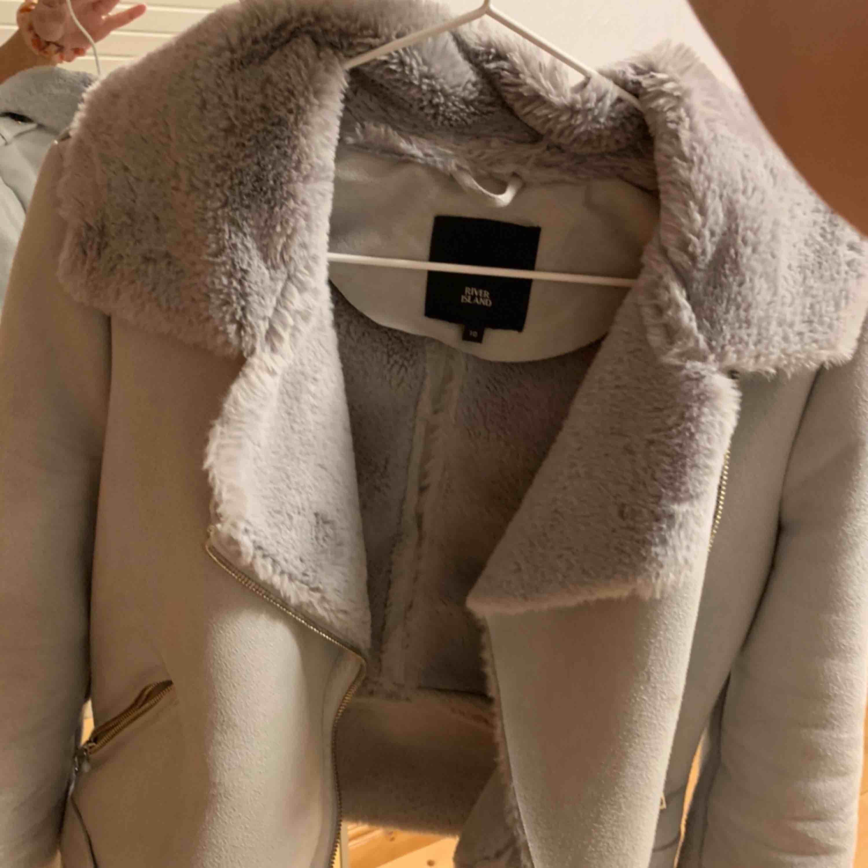 """Så fin vinterjacka från River island! Säljs då den bara använts några fåtal gånger. Grå med super len """"päls"""" inuti hela jackan, två djupare fickor och i kortare modell . Jackor."""