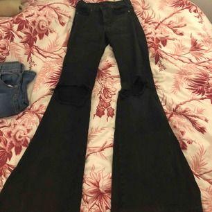 Bootcut jeans med egengjords hål i, köpta för 500 möts upp i stockholm