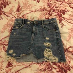 Söt jeanskjol, storlek S men passar även M Möts upp i stockholm